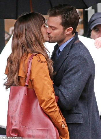31BF6A7000000578-3471971-Dakota_Johnson_was_spotted_filming_Fifty_Shades_Darker_with_cost-m-9_1456875346270.jpg