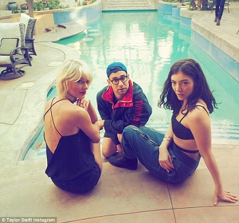 334015DC00000578-3544837-Taylor_with_lead_singer_of_Bleacher_Jack_Antonoff_and_singer_son-m-9_1460929180340.jpg