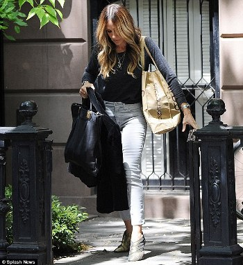 33FF033300000578-3582522-Casually_chic_Sarah_Jessica_Parker_proved_that_she_s_just_as_sty-m-8_1462871684341_01e59.jpg