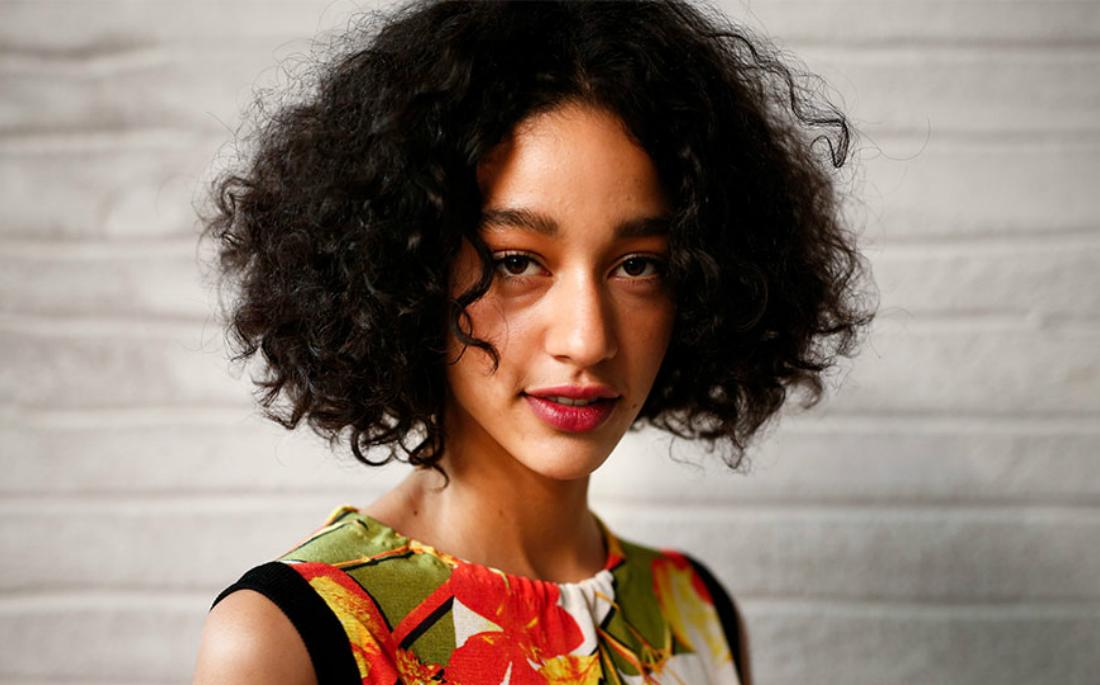 6 hacks για τα σγουρά μαλλιά που θα σου αλλάξουν τη ζωή - AllYou.gr 44a40bb1d18