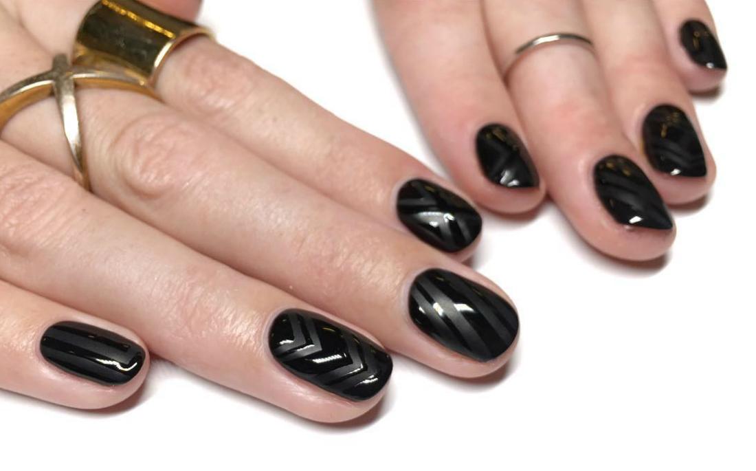ee09220aca07 8 τρόποι να κάνεις rebranding στα μαύρα νύχια - AllYou.gr