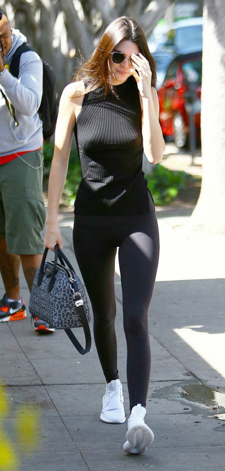 1-shoe-style-celebs-wear-with-leggings-02.jpg