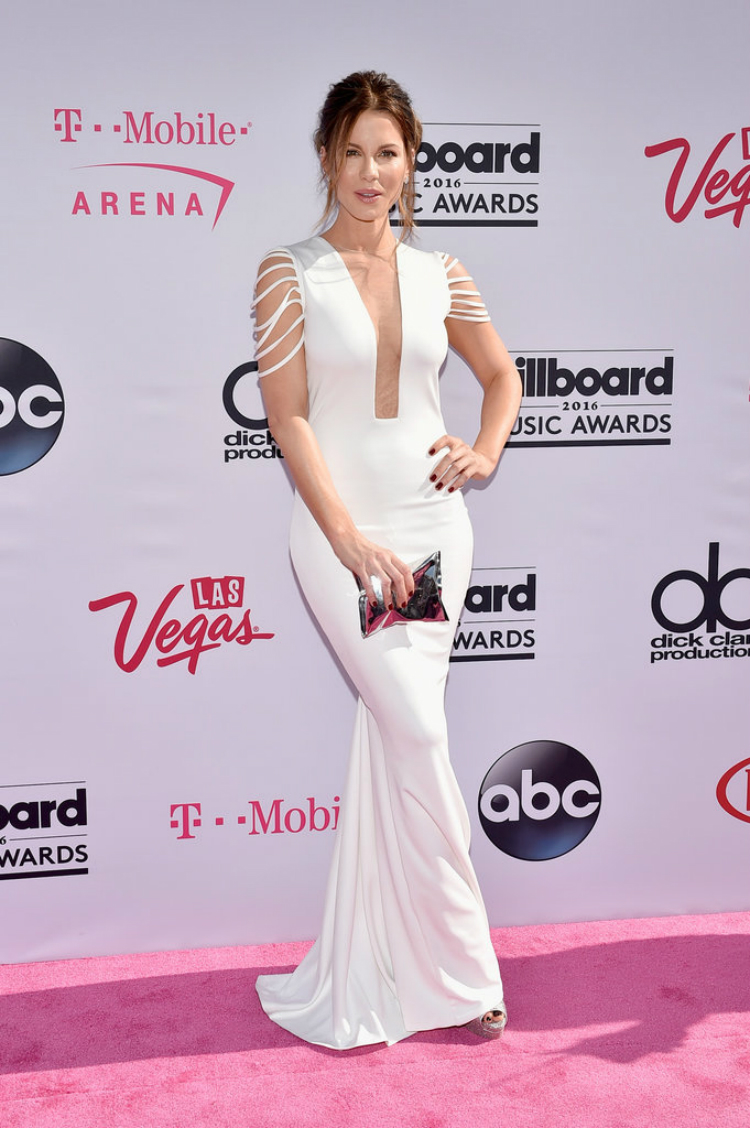 Billboard-Music-Awards-Red-Carpet-Dresses-2016-07.jpg