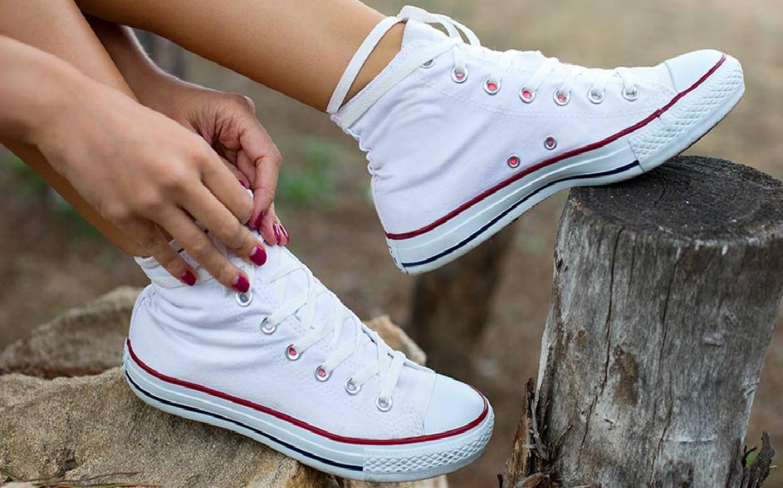 7925999c4fd Πώς να καθαρίσεις τα λευκά σου sneakers - AllYou.gr