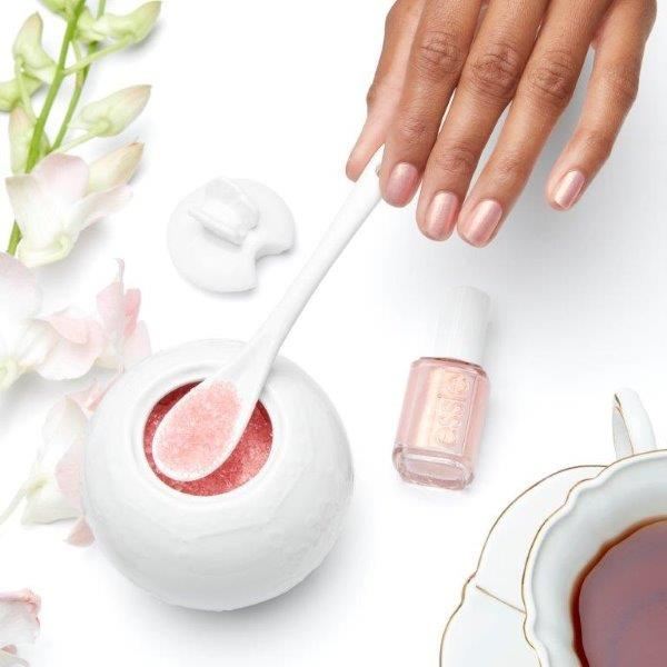 ESSIE-enamel-TouchOfSugar-lifestyle-OnHand.jpg