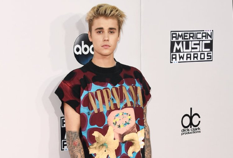 justin-bieber-red-carpet-amas-2015-billboard-650.jpg
