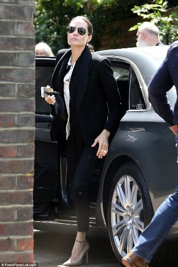 2A1A645100000578-3144326-She_s_arrived_Angelina_Jolie_was_seen_arriving_at_London_recordi-a-52_1435665420422_dd478.jpg