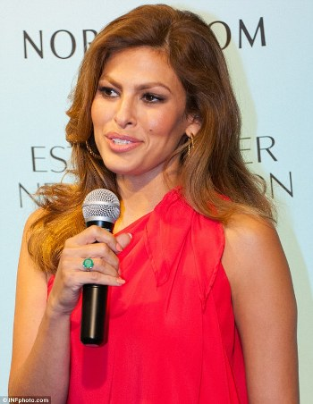 2BA777F700000578-3210491-The_ring_made_its_debut_in_July_Eva_Mendes_showed_off_this_emera-m-88_1440524758146_6daf1.jpg
