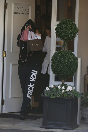 kylie-jenner-leaving-epione_d4bf3.png