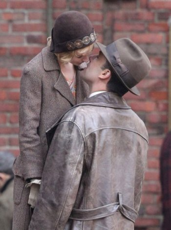 sienna-miller-ben-affleck-kiss-movie-set-boston-006.jpg