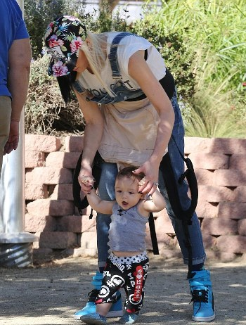 1414374796975_Image_galleryImage_Gwen_Stefani_and_Gavin_Ro.jpg
